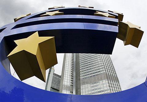 Скульптура евро перед ЕЦБ
